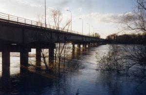 Veduta del ponte sul fiume Po (in piena)